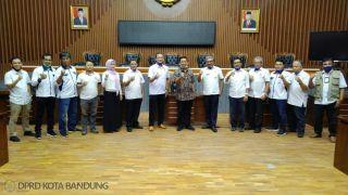 Pengurus Cabang (Pengcab) Persatuan Renang Seluruh Indonesia (PRSI) Kota Bandung melakukan kunjungan kepada Ketua Dewan Perwakilan Rakyat Daerah (DPRD) Kota Bandung, H. Tedy Rusmawan, AT., MM., Rabu (8/7/2020).