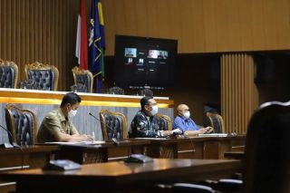 Bamus DPRD Kota Bandung menggelar rapat dengan agenda penyampaian laporan kesiapan panitia khusus (Pansus) 1 dan penyampaian laporan kesiapan Pansus 10, di Ruang Rapat Paripurna Gedung DPRD Kota Bandung, Selasa (11/5/2021).