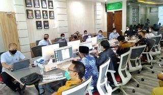 Pimpinan dan Anggota DPRD Kota Bandung melakukan rapat kerja bersama Perumda Tirtawening Kota Bandung, di Kantor Perumda Tirtawening, Bandung, Senin (19/4/2021).