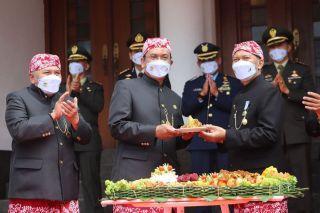 Ketua DPRD Kota Bandung, H. Tedy Rusmawan, AT., MM., dan Wakil Ketua 1 DPRD Kota Bandung, Ade Supriadi, SE, menghadiri upacara peringatan Hari Jadi Ke-211 Kota Bandung (HJKB) di Plaza Balai Kota Bandung, Sabtu (25/9/2021).