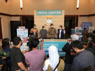 Ketua DPRD Kota Bandung, H. Tedy Rusmawan AT.,MM seusai rapat terbatas bersama Wali Kota Bandung Oded M. Danial dan Wakil Wali Kota Bandung Yana Mulyana, serta jajaran Forkopimda Kota Bandung, di Balai Kota Bandung, Senin (10/5/2021).