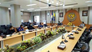 Komisi A DPRD Kota Bandung menggelar rapat kerja dengan Dinas Kebakaran dan Penanggulangan Bencana Kota Bandung, membahas Evaluasi Kinerja tahun 2020 dan Program Kerja tahun 2021, di Ruang Rapat Bamus DPRD Kota Bandung, Kamis, (4/3/2021).