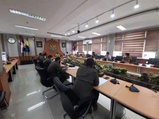 Komisi A DPRD Kota Bandung menggelar rapat kerja dengan Satpol PP, dengan agenda pembahasan evaluasi kinerja tahun 2020 dan program Kerja tahun 2021, di Ruang Bamus DPRD Kota Bandung, Kamis (4/3/2021).