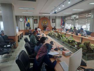Pansus 11 DPRD Kota Bandung melaksanakan rapat kerja dengan Bakesbangpol, BNN, Bagian Hukum, dan Tim Penyusun Naskah Akademik (NA) Kota Bandung, di Ruang Rapat Bamus DPRD Kota Bandung, Jumat (5/3/2021).
