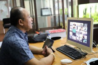 Wakil Ketua Dewan Perwakilan Rakyat Daerah (DPRD) Kota Bandung, H. Achmad Nugraha, DH, SH mengikuti Rapat Terbatas terkait Evaluasi PPKM dan Penanganan Covid-19 yang dilakukan secara virtual, Jumat (5/3/2021).